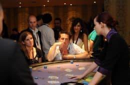 Gasten spelen blackjack in het casino